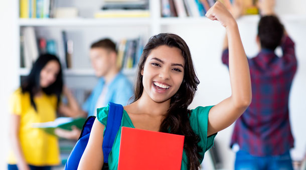 obtenez le bac pro métier de la sécurité - visuel étudiant levant le bras en signe de victoire