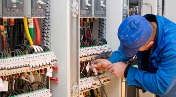 Obtenez votre Habilitation Electrique B1 B1V BR - visuel électricien qui raccorde une armoire électrique